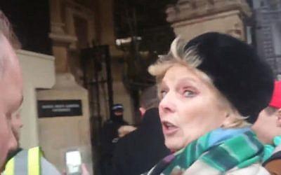 La députée britannique Anna Soubry prise à partie par des manifestants à Westminster, à Londres, le 8 janvier 2018. (Crédit : capture d'écran Twitter)