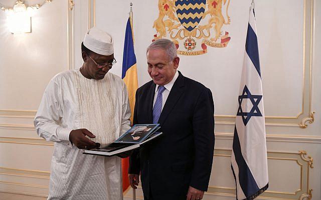 Le Premier ministre  Benjamin Netanyahu, (à droite), et le président du Tchad  Idriss Déby au palais présidentiel de N'Djamena, au Tchad, le 20 janvier 2018. (Crédit : Kobi Gideo/GPO)