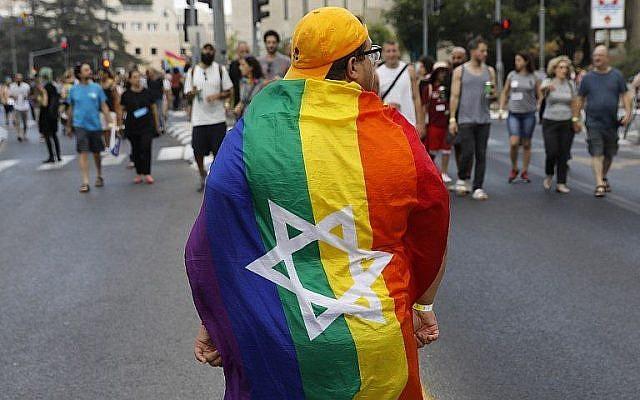 Les participants à la Gay Pride de Jérusalem, le 2 août 2018. (Crédit : AFP Photo/Menahem Kahana)
