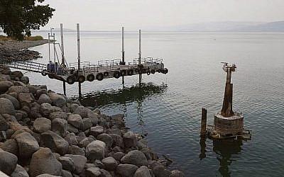 Une photo montre la baisse du niveau de l'eau dans le lac de Tibériade, le 8 octobre 2018 (Crédit :JACK GUEZ/AFP)