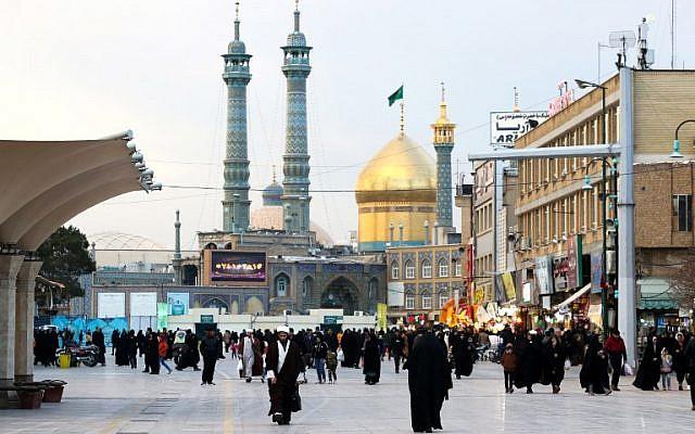 Les visiteurs marchent près du sanctuaire de Fatima Massoumeh , dans la ville sainte de Qom, en Iran, le 15 janvier 2019. (Crédit : ATTA KENARE / AFP)