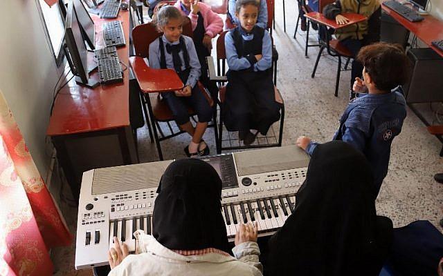 Cours de musique à  l'école Al-Nawares à Taëz, grande ville du sud-ouest du Yémen, le 23 janvier 2019. (Crédit : AHMAD AL-BASHA / AFP)