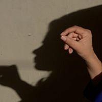 """Ayeesha, une employée de l'ONG pakistanaise Aware Girls, forme des collègues à la ligne d'écoute """"Sahailee"""" (""""amie"""" en ourdou) dédiée à l'avortement, à Peshawar, Pakistant le 17 décembre 2018 (Crédit : ABDUL MAJEED/AFP)"""