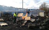 Les salariés d'une papeterie d'Arjowiggins brûlent des planches de bois à le 28 janvier 2019 à Jouy-sur-Morin. (Crédit : Sarah BRETHES / AFP)