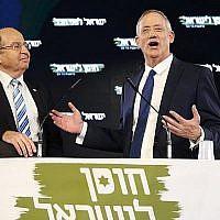 L'ancien chef d'état-major Benny Gantz (à droite) prononce son premier discours électoral aux côtés de son allié électoral, l'ancien ministre de la Défense Moshe Yaalon, à Tel Aviv le 29 janvier 2019. (JACK GUEZ / AFP)