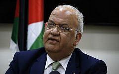 Saeb Erekat, le secrétaire général de l'OLP, s'adresse aux médias après une réunion avec des diplomates à Ramallah en Cisjordanie, le 30 janvier 2019. (Crédit : ABBAS MOMANI / AFP)