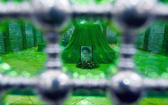 La tombe de l'Ayatollah Khomeini, fondateur de la Révolution islamique, au 40e anniversaire de son retour d'exil à Paris, le 1er fvrier 2019. (Crédit : Stringer/AFP)
