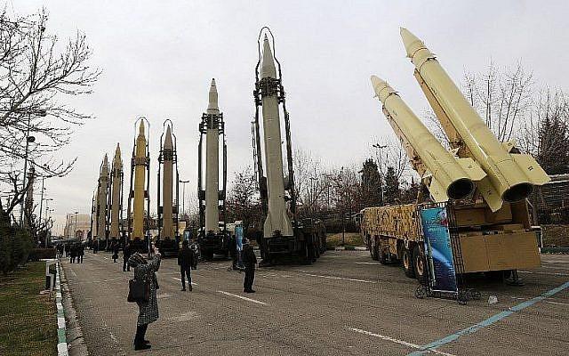 Des Iraniens visitent une exposition de l'equipement militaire à Téhéran, le 2 février 2019. (Crédit : ATTA KENARE / AFP)