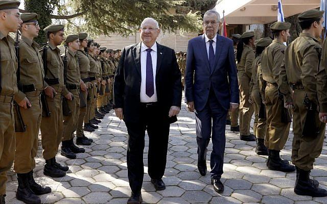 Le président Reuven Rivlin (à gauche) et son homologue autrichien Alexander Van der Bellen passent en revue la garde d'honneur lors d'une cérémonie de bienvenue dans l'enceinte présidentielle à Jérusalem, le 4 février 2019. (Crédit : GALI TIBBON / AFP)