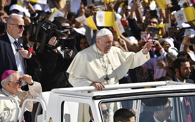 Le pape Francois salue une foule de 170 000 catholiques, au stade d'Abu Dhabi, le 5 février 2019. (Crédit : Vincenzo PINTO / AFP)