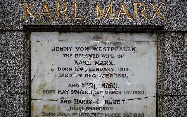 La plaque de marbre endommagée après un acte de vandalisme sur la tombe de Karl Marx, à Londres, le 5 février 2019. (Crédit : Tolga Akmen/AFP)