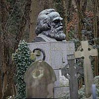 Le buste de bronze sur la tombe de Karl Marx, au Highgate Cemetery à Londres, le 5 février 2019. (Crédit : Tolga Akmen/AFP)