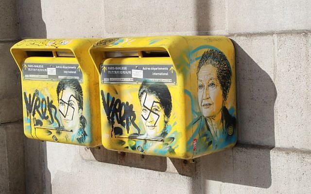 Le visage de Simone Veil taggué d'une croix gammée dans le 13e arrondissement, le 11 février 2019. (Crédit : JACQUES DEMARTHON / AFP)