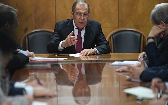 Le ministre des Affaires étrangères russe Sergei Lavrov rencontre des représentants de groupes et mouvements palestiniens, en visite à Moscou pour des discussions intra-palestiniennes, le 12 février 2019. (Crédit : Kirill KUDRYAVTSEV / AFP)