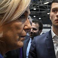 Marine Le Pen et le candidat RN aux Européennes Jordan Bardella le 14 février 2019 à Chassier, près de Lyon. (Photo by JEAN-PHILIPPE KSIAZEK / AFP)