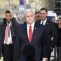 Le vice-président américain Mike Pence, au centre, traverse la rue devant l'hôtel  Bayerischer à la 55ème conférence sur la sécurité de Munich, en Allemagne, le 16 février 2019 (Crédit :  THOMAS KIENZLE / AFP)