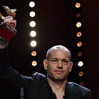 """Le réalisateur israélien Nadav Lapid reçoit l'Ours d'or pour le meilleur film pour """"Synonymes"""", au cours de la cérémonie de remise des prix de la 69ème Berlinale du film, le 16 février 2019 à Berlin (Crédit : John MACDOUGALL / AFP)"""