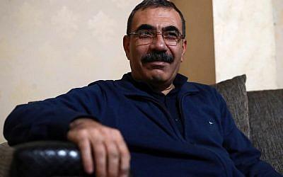 (Le responsable kurde Aldar Khalil, qui a joué un rôle dans l'établissement de la région semi-autonome kurde en 2013, pendant une interview à  Qamishl, le 22 décembre 2018 (Crédit :  Delil SOULEIMAN / AFP)