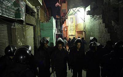 La police anti-émeute bloque l'accès à la rue où gît le corps d'un kamikaze derrière la mosquée al-Azhar, le 19 février 2019. (Crédit : Khaled DESOUKI / AFP)