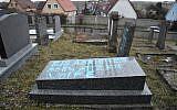 Une photo prise à Quatzenheim le 19 février 2019 montre des svastikas peintes sur des tombes dans un cimetière juif, le jour d'une marche nationale contre une recrudescence des attaques antisémites. - (Crédit : Frederick FLORIN / AFP)