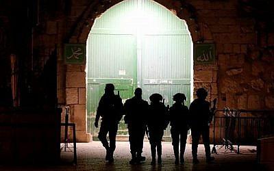 Une patrouille de la police des frontières à une entrée du complexe du mont du Temple dans la Vieille ville de Jérusalem, le 19 février 2018 (Crédit :Ahmad Gharabli/AFP)