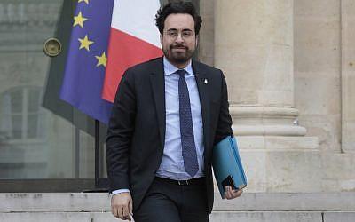 Le secrétaire d'État auprès du ministre de l'Économie et du ministre de l'Action publique, et chargé du numérique, Mounir Mahjoubi, quitte la réunion hebdomadaire du cabinet de l'Elysée à Paris le 20 février 2019. (Crédit : LUDOVIC MARIN / AFP)