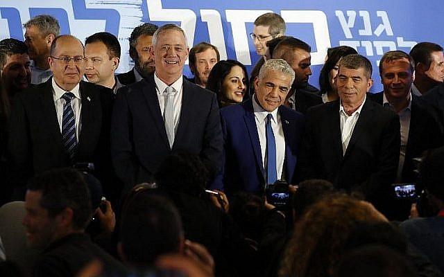 De gauche à droite : Les dirigeants du parti Kakhol lavan Moshe Yaalon, Benny Gantz, Yair Lapid et Gabi Ashkenazi posent pour une photo après avoir annoncé leur nouvelle alliance électorale à Tel Aviv, le 21 février 2019. (Jack Guez/AFP)
