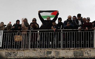 Des fidèles palestiniens se réunissent avant les prières du vendredi à la porte de la Miséricorde sur le mont du Temple, dans la Vieille Ville de Jérusalem, le 22 février 2019 (Crédit : Ahmad Gharabli/AFP)