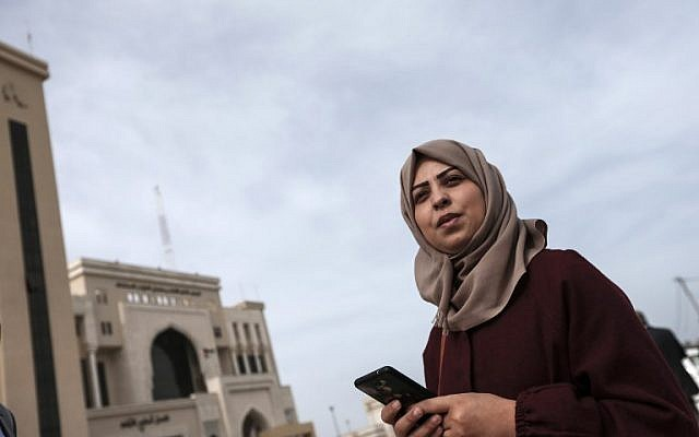 La journaliste Hajar Harb devant le tribunal de Gaza City, le 26 février 2019. (Crédit : MAHMUD HAMS / AFP)