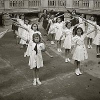 Des enfants juifs mexicains à l'école mont Sinaï, établie en 1943 rue Zacatecas à Mexico par des Juifs de Damas, en Syrie (Crédit : Zihronot Archive/Monte Sinai Community/via JTA)