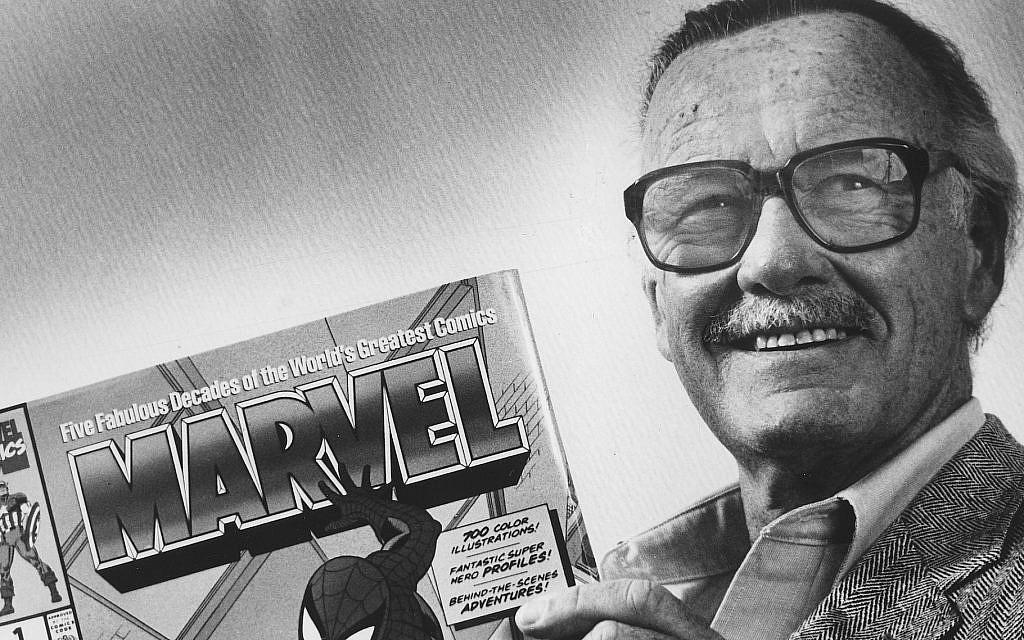 """Stan Lee pose avec un livre de """"Spider man"""" en 1991. Lee a également créé Iron Man, Thor et l'incroyable Hulk. (Crédit : Gerald Martineau/The Washington Post via Getty Images)"""