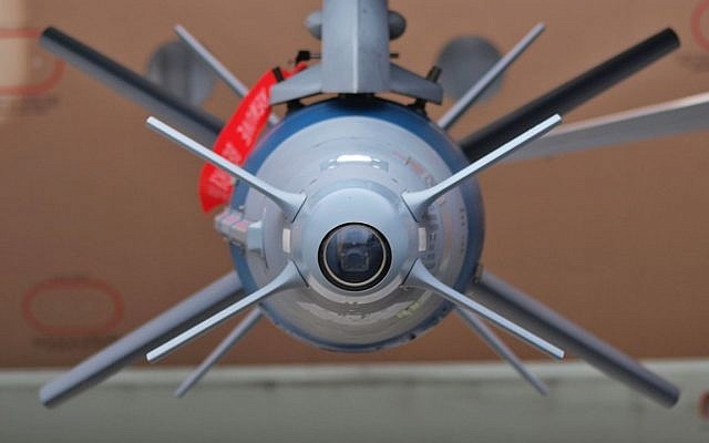 Une bombe guidée fabriquée par Rafael sous l'aile d'un chasseur Sufa F-16I de l'armée de l'air israélienne. (Crédit : CC BY 3.0)