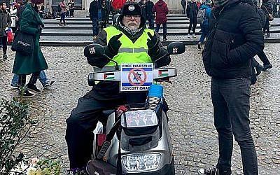 Robert-Willem van Norren soutient le boycott d'Israël sur un scooter de mobilité fabriqué en Israël en janvier 2019.  (Michael Jacobs via JTA)