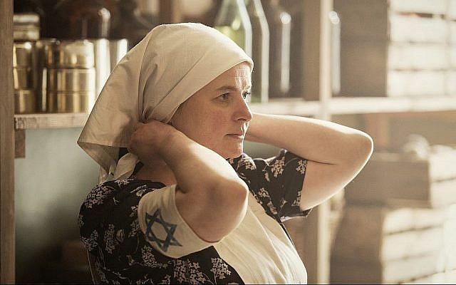 L'actrice Jowita Budnik interprète Rachel Auerbach travaillant dans une cuisine. (Anna Wloch/ photo personnelle)