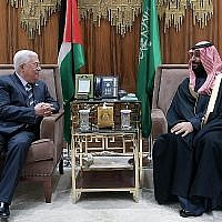 Le président de l'Autorité palestinienne Mahmoud Abbas (à gauche) et le prince héritier Mohammed ben Salmane à Ryad, le 12 février 2019. (Crédit : Wafa)