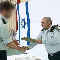 Le chef d'état-major Gadi Eisenkot remet une recommandation officielle aux unités spéciales Sayeret Matkal, le 27 mars 2018. (Crédit : armée israélienne)