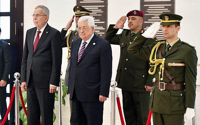 Le président de l'Autorité palestinienne  Mahmoud Abbas et le président autrichien  Alexander Van der Bellen au siège de la présidence de l'AP à Ramallah, le 5 février 2019 (Crédit :  Wafa)