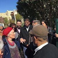 Des militants palestiniens et israéliens rendent une visite de condoléances à la famille Ansbacher, à Tekoa, le 12 février 2019 (Crédit : Tag Meir)