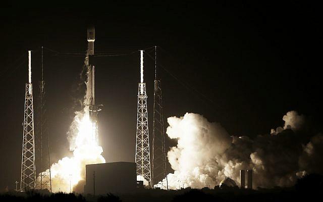 Une roquette SpaceX Falcon 9 décolle avec la sonde lunaire israélienne ainsi qu'un satellite indonésien, à Cape Canaveral, le 21 février 2019. (Crédit : AP Photo/Terry Renna)