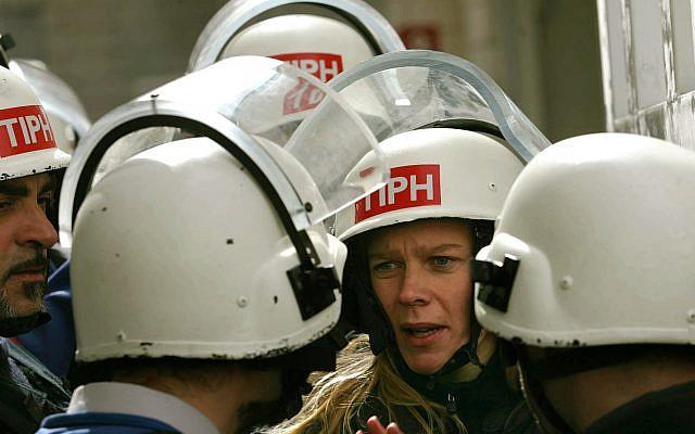Archive : Des observateurs de la Présence internationale temporaire à Hébron (TIPH) en 2006. (Crédit : AP/Emilio Morenatti)