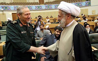 Le général de division Yahya Rahim Safavi, commandant en chef des Gardiens de la Révolution islamique (Islamic Revolutionary Guards Corp - IRGC) de l'Iran (à gauche), salue le cheikh Naim Qassem, secrétaire général adjoint du Hezbollah libanais, lors d'une cérémonie religieuse à Téhéran, Iran, le 18 août 2007. (AP Photo/Hasan Sarbakhshian)