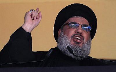 Sur cette photo du 24 octobre 2015, le dirigeant du Hezbollah Hassan Nasrallah s'adresse à une foule dans une banlieue du sud de Beyrouth, au Liban. (Crédit : AP Photo/Hassan Ammar, File)