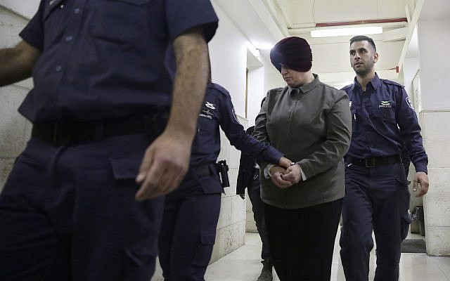 Malka Leifer, (au centre), est amenée dans la salle d'audience du tribunal de Jérusalem, le 27 février 2018. (Crédit : AP Photo/Mahmoud Illean, File)