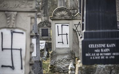 Des pierres tombales juives profanées dans le cimetière juif de Herrlisheim, en Alsaec, le 13 décembre 2018. (Crédit : AP/Jean-Francois Badias)