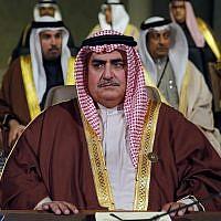Le ministre des Affaires étrangères bahreini Cheikh Khalid ben Ahmed al-Khalifa, au sommet sur le développement économique et social du monde arabe, à Beyrouth, le 20 janvier 2019. (Crédit : AP/Bilal Hussein)