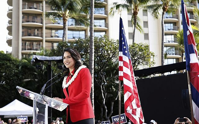 La représentante démocrate pour le 2e district d'Hawaï au Congrès Tulsi Gabbard, lors d'un rassemblement de campagne announçant sa candidature à la présidence à Waikiki, le 2 février 2019, à Honolulu. (Crédit : AP Photo/Marco Garcia)