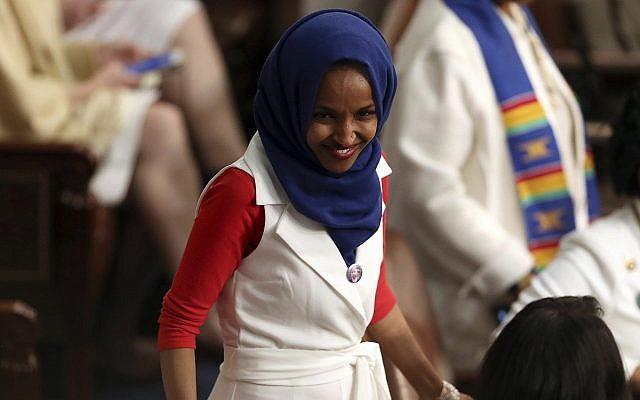 La représentante Ilhan Omar, Démocrate Minnesota, arrive pour le discours de l'Etat de l'union du président américain Donald Trump lors d'une session conjointe du congrès au Capitole, à Washington, le 5 février 2019 (Crédit : AP Photo/Andrew Harnik)