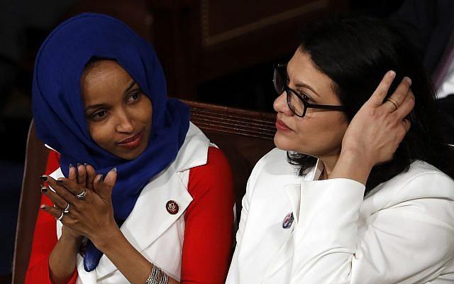 La représentante Ilhan Omar, démocrate du Minnesota, (à gauche), et la représentante Rashida Tlaib, éue démocrate du Michigan, (à droite), écoutent le discours de l'Etat de l'Union du président Donald Trump au Capitole, à  Washington, le 5 février 2019 (Crédit : AP Photo/J. Scott Applewhite)