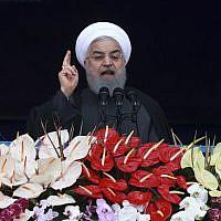 Le président iranien Hassan Rouhani s'adresse aux Iraniens réunis Place Azadi à Téhéran, le 11 février 2019, pour fêter le 40e anniversaire de la Révolution islamique. (Crédit : AP/Vahid Salemi)