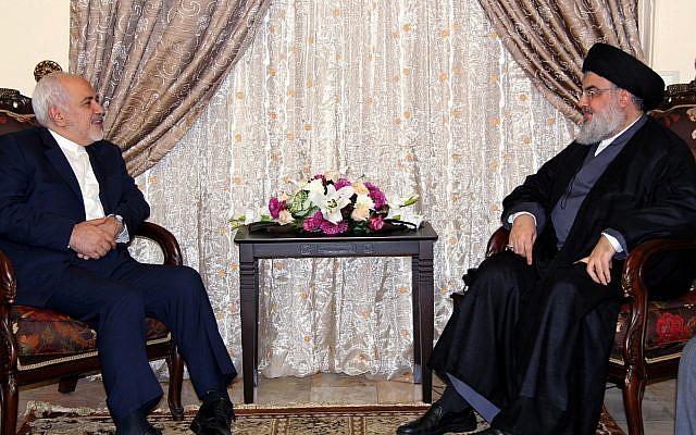 Sur cette photo diffusée par le bureau des relations avec les médias du Hezbollah, le chef du Hezbollah Hassan Nasrallah, à droite, rencontre le ministre des Affaires étrangères du Liban Mohammad Javad Zarif, à Beyrouth, au Liban, le 11 février 2019 (Crédit : Bureau des relations avec les médias du Hezbollah via AP)